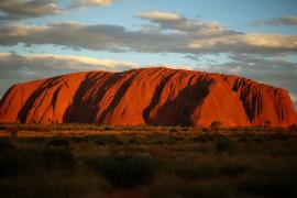 随着澳大利亚乌鲁鲁巨石攀岩的关闭,安全链将从巨石上拿走