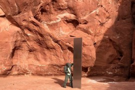 英语热搜词: monolith  一块巨石, 一个巨大的结构